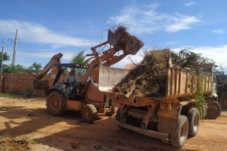 Prefeitura realiza limpeza de ruas na Comunidade de Adrianópolis