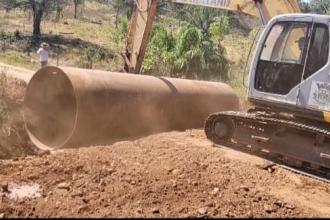 Trecho de estrada da Comunidade Ouro Verde recebe instalação de um tubo para melhorias
