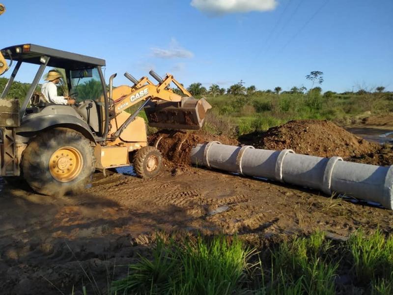 Manutenção nas estradas da Frutal com patrolamento, instalação de manilha e aterro