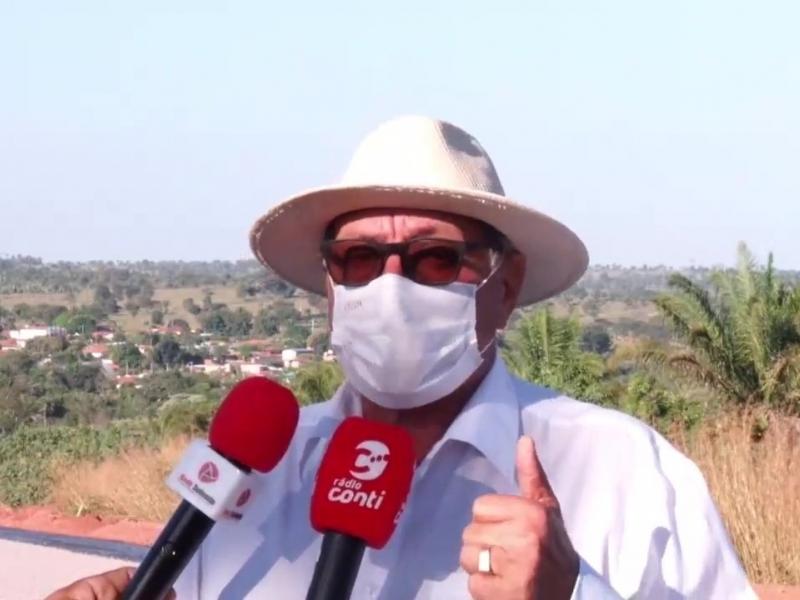 Prefeito Geraldo Ramos concede entrevista a Rádio Conti sobre Pavimentação Asfáltica que liga a sede do Município à Comunidade de Maquina Queimada.