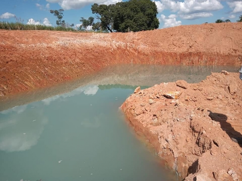 Construção de represa para aprimorar o sistema de captação de água em Adrianópolis